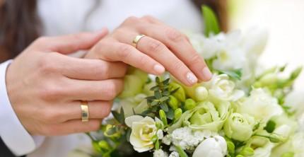 Eheringe aus Gold mit Brautstrauß