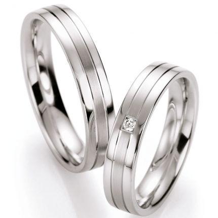 Schlichte Eheringe aus Silber mit Brillant