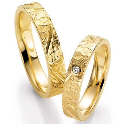 Besondere Exemplare! Hochzeitsringe mit beonderer Oberfläche in Gelbgold mit Brillant