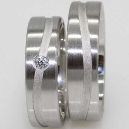 Eheringe aus Silber mit sandgestrahlter Rille und Zirkonia