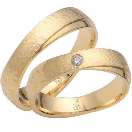 Diagonal verschlungene Ringe aus Gelbgold