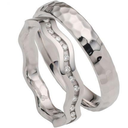 Individuelles Trauringpaar, 1 Ring mit Wellen und Brillanten, 1 Ring in Hammerschlag