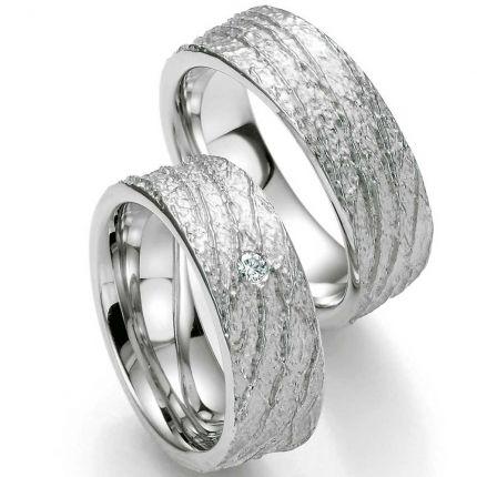 Ringpaar aus Silber mit Oberflächenstruktur und Brillant