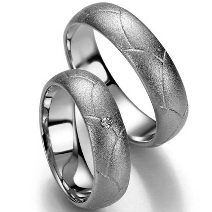 Harmonische Eheringe aus Silber mit gefühlvoller Oberflächenstruktur