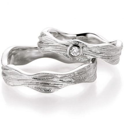 Ringe wie aus erstarrter Lava, aus Weißgold mit wundervoller Oberflächenstruktur und Brillant