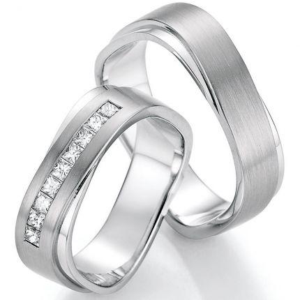 Rechteckige ineinander verschlungene Trauringe längsmatt/poliert mit Princess-Cut Diamanten
