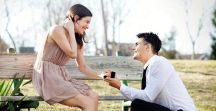 Romantischer Heiratsantrag mit Verlobungsring