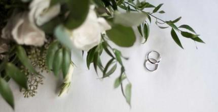 Bezahlte Eheringe mit Brautstrauß