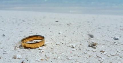 Ein verlorener Ehering an einem Strand