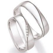 Eckige Eheringe aus Silber mit Brillantverlauf bei der Dame