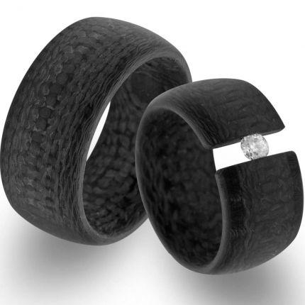 11 mm breite Trauringe aus Carbon in Spannringoptik