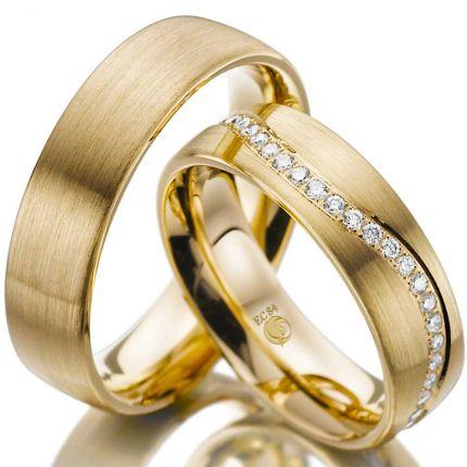Ringpaar aus Gelbgold mit geschwungenem Brillantkranz