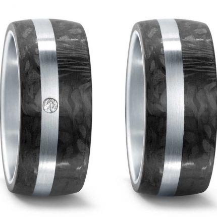 Breite Hochzeitsringe aus Edelstahl längsmatt mit Carbon und Brillant