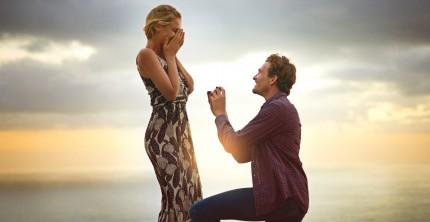 Mann macht Frau romantischen Heiratsantrag mit Verlobungsring
