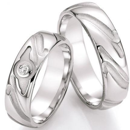 Strukturierte Eheringe aus Silber mit einem Brillanten