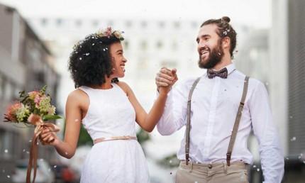 Brautpaar mit gravierten Eheringen