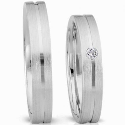 Elegante Ringe aus Silber längsmatt mit schmaler mittiger Rille, wahlweise Brillant oder Zirkonia