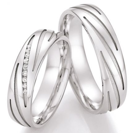 Polierte Eheringe aus Silber mit sandgestrahlten Rillen