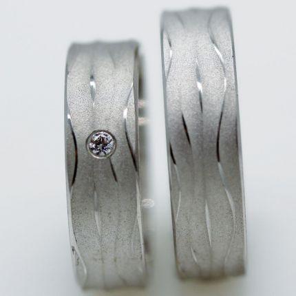 Strukturierte Trauringe aus Silber mit Zirkonia