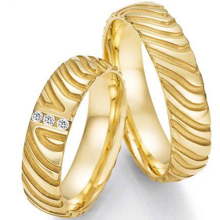 Hochzeitsringe aus Gelbgold mit besonderer Struktur und 3 Brillanten in einem Ring