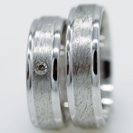 Günstige Trauring aus Silber mit eismatter Oberfläche