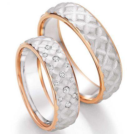 Hochzeitsringe mit besonderer Oberflächenstruktur aus Weissgold und Roségold mit Brillanten