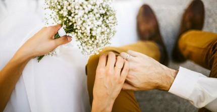 Traditionell trägt man den Ehering am rechten Ringfinger.