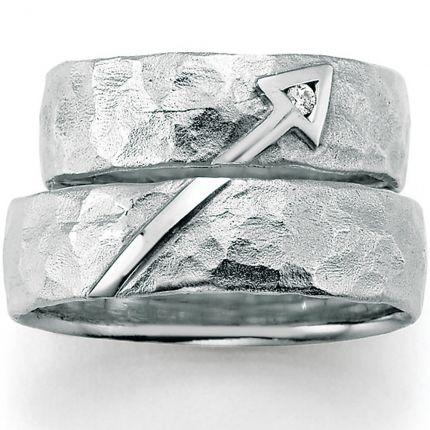 Matte Trauringe mit Hammerschlag und Symbol aus 925 Silber