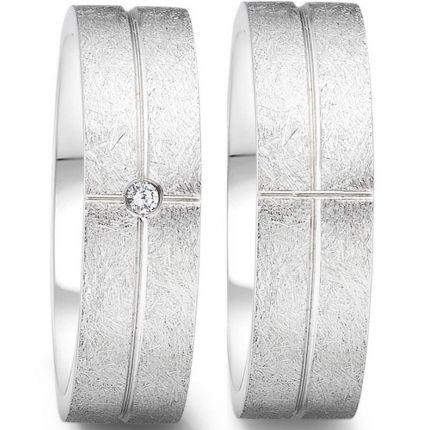 Ringpaar aus Edelstahl mit eismatter Oberfläche und polierten Rillen