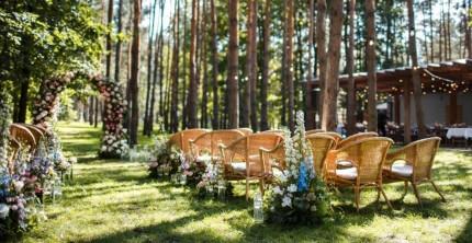 Grüne Hochzeit vor Gartenkulisse