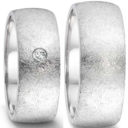Ringpaar aus Edelstahl mit eismatter Oberfläche