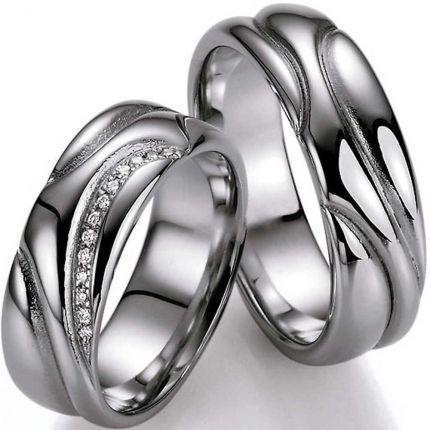 Breite Silberringe mit geschwungener Oberfläche und wahlweise Brillantband