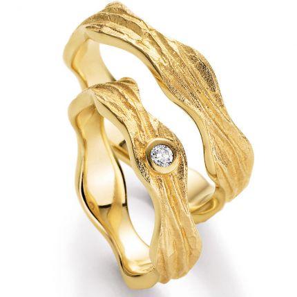 Ein Ringpaar wie aus flüssiger erstarrter Lava, Gelbgold mit besonderer Oberflächenstruktur und toll