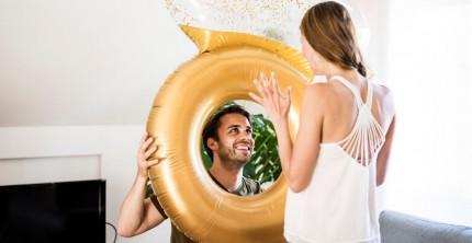 Heiratsantrag mit Luftballon in Form eines Verlobungsrings