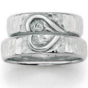 Trauringe Silber mit Herz und Oberflächenstruktur