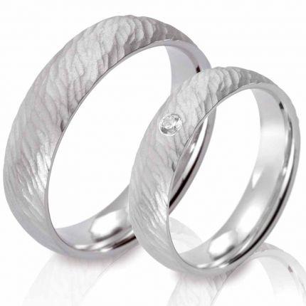 Ringe aus Silber mit Struktur und einem Brillanten