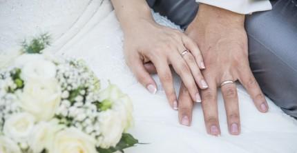 Paar, das sich über Eheringe-Kosten Gedanken gemacht hat
