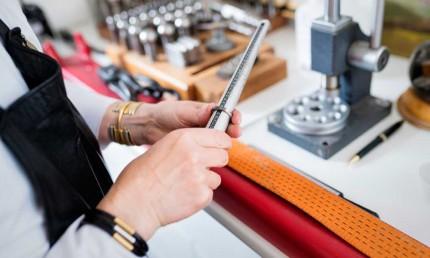 Mit einem Ringstock kann ein Juwelier in Sekundenschnelle Ihre Ringgröße bestimmen