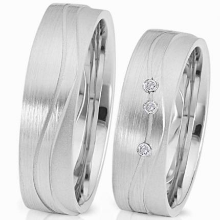 Ringe aus Silber mit verschiedenen Oberflächen und Profilen, wahlweise 15 Brillanten oder Zirkonia