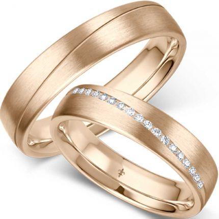 verspielte Hochzeitsringe aus Roségold in längsmatt mit hübscher Fuge und eingefassten Brillanten
