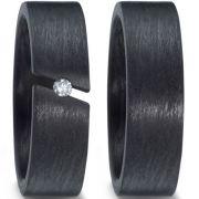 Hochzeitsringe aus purem Carbon mit schrägem Spannring